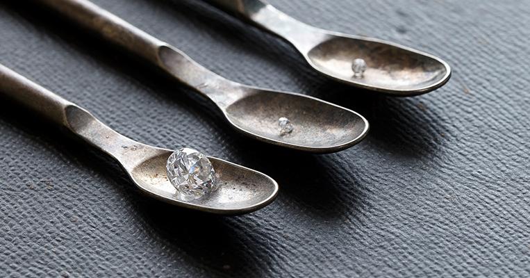 永遠の愛を誓うふたりに贈る最高品質のトリニティダイヤモンド