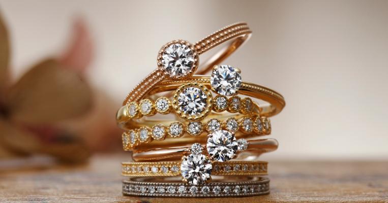 細身のリングに繊細なミル打ちなどこだわり抜かれた美しいリング