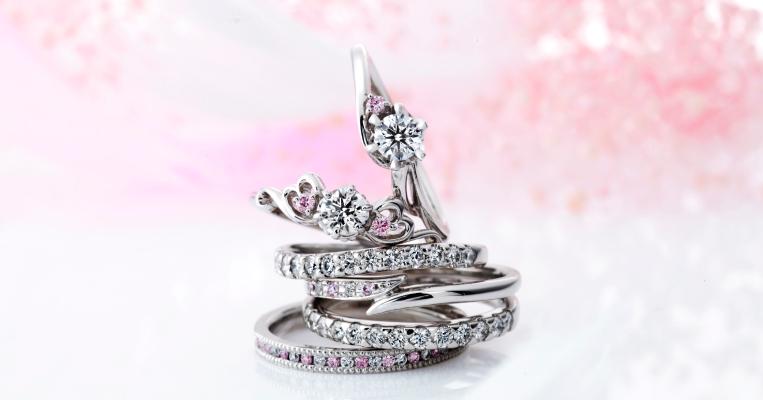 ピンクダイヤモンドを際立たせる、愛らしく可憐なデザイン